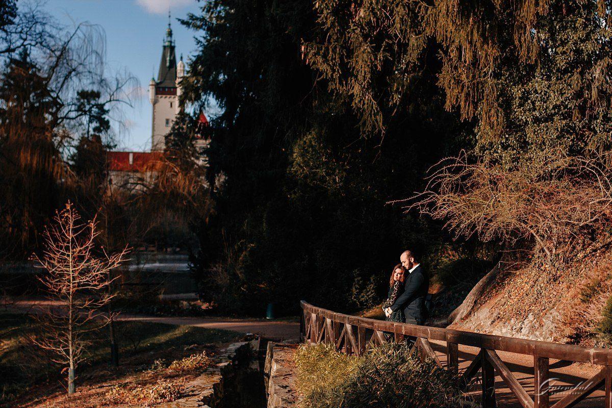 Фотопрогулки влюбленных на фоне замка