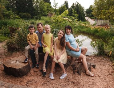Family photo shoot in Prague Troja Botanical Garden