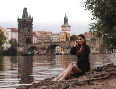 Women's photo shoot in Prague on the Charles Bridge